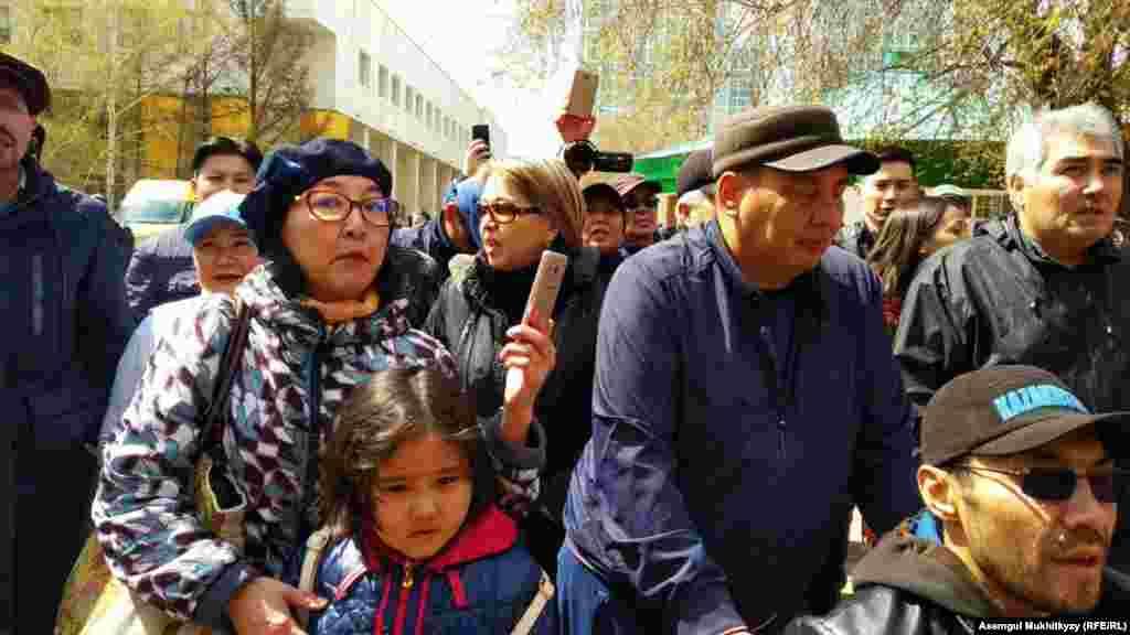 Спустя некоторое время число протестующих в Нур-Султане увеличилось. 1 мая 2019 года.