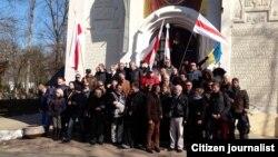 Групавое фота ля царквы на Альшанскіх могілках у Празе