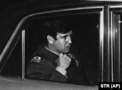 آلفردو آستیز مشهور به «فرشته بلوند مرگ» در مسیر دادگاه تحقیقات مرگ داگمار هاگلین در ۱۹۸۴