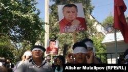Gyrgyzystanyň oppozision Ata-Meken partiýasynyň lideri Omurbek Tekebaýewiň tarapdarlary