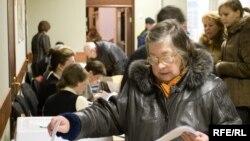 Первыми на избирательные участки приходят в основном пожилые люди