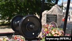Памятник жертвам депортации крымских татар 18 мая 1944 года. Керчь.