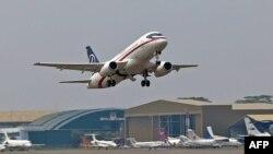 Ресейлік Sukhoi Superjet-100 ұшағының Джакарта әуежайынан ұшып шыққан сәті. Индонезия, 9 мамыр 2012 жыл.