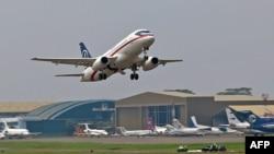 در سال ۲۰۱۲ یک فروند سوخو سوپر جت-۱۰۰ در نمایشگاه جاکارتای اندونزی سقوط کرد. سقوط سوخو سوپر جت-۱۰۰ به عنوان نخستین هواپیمای مسافربری ساخته شده در دوره پس از فروپاشی شوروی برای صنعت هوا - فضای روسیه ضربه بزرگی بود.
