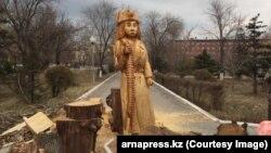Деревянная статуя девушки-воина в Семее.