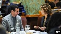 Башар Асад и его супруга Асма ужинают в одном из ресторанов Парижа. Декабрь 2010 года.