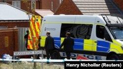Британские полицейские рядом с жилыми домами в Эймсбери, где были найдены в критическом состоянии двое местных жителей. 6 июля 2018 года.