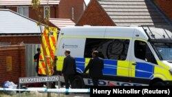 """Полицейские прибыли к дому на Магглтон-роуд, после того как было подтверждено, что два человека были отравлены нервным агентом """"Новичок"""", в Эймсбери, Великобритания, 6 июля 2018 года. REUTERS/Henry Nicholls"""