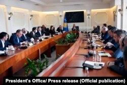 Foto nga takimi ndërmjet presidentit Hashim Thaçi dhe përfaqësuesve të partive politike.