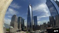 Остання частина антени на новій будівлі ВТЦ № 1 щойно змонтована, Нью-Йорк, фото 10 травня 2013 року