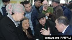 Жители Шымкента на межрегиональной ярмарке, где представители северных регионов представили вакансии в своих областях для желающих переехать с юга на север. 5 апреля 2017 года.