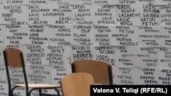 Imena nestalih na Kosovu ispisana na zidu u Prištini, april 2011.