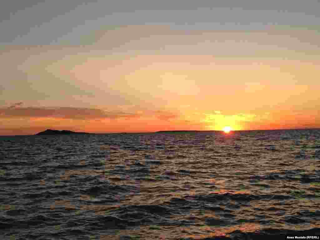Чудесный вид заката на Алаколе. Вдали виднеется Аралтобе.
