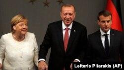 آرشیف، از راست به چپ - امانوئل مکرون رئیس جمهوری فرانسه، رجب طیب اردوغان رئیس جمهوری ترکیه و انگیلا مرکل صدراعظم جرمنی.