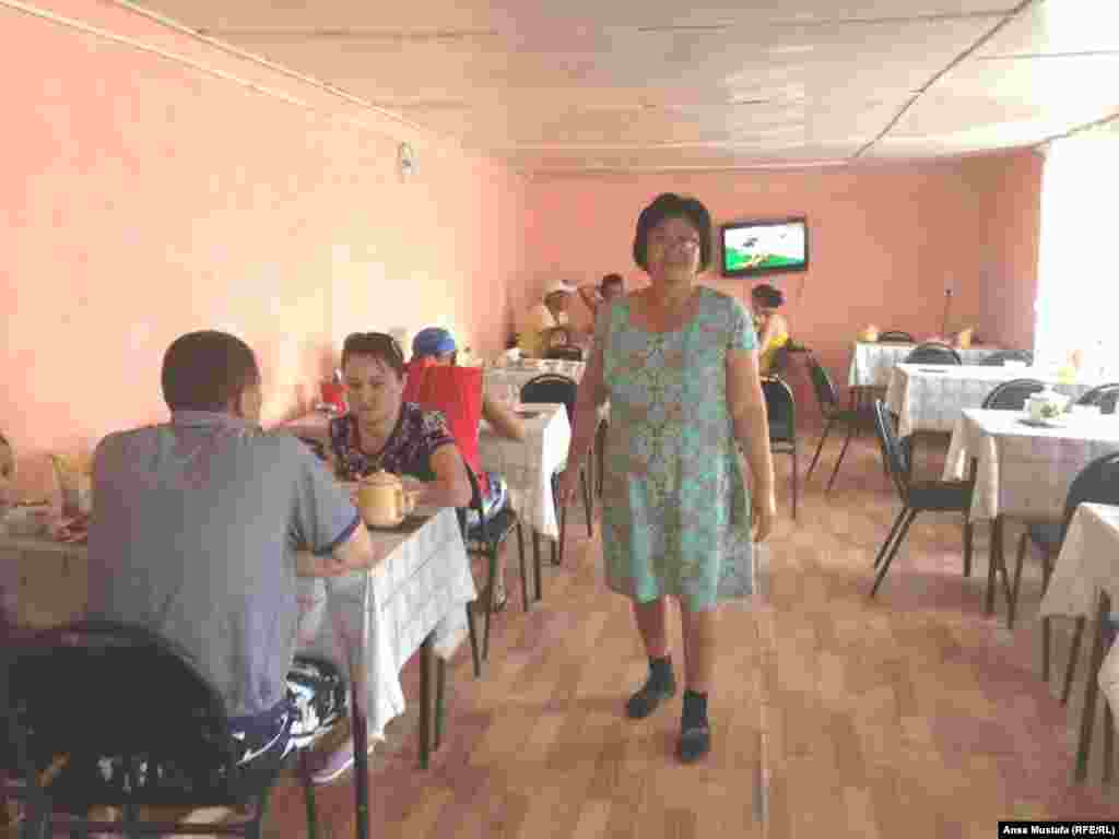 Нас встретила приветливая хозяйка одного из гостевых домов Алма. Как у руководителя, у нее всегда есть чем заняться. Успевает следить и за приготовлением еды, обмениваться шутками, немного освободившись, заняться стиркой и благоустройством территории.