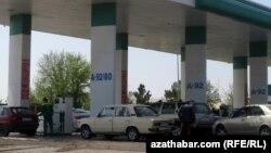 Aşgabat-Mary ýolundaky benzin stansiýasy, Türkmenistan (arhiw suraty)