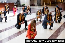 Ligjvënësit demokratë janë ulur në gjunjë për të nderuar Floydin dhe të gjitha viktimat e padrejtësisë racore.