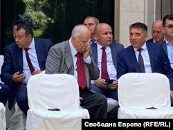 Бившият главен прокурор Никола Филчев разговаря с правосъдния министър Данаил Кирилов. На заден план - Хамид Хамид и Илхан Кючюк от ДПС.