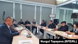 Активисты обсуждают состав земельной комиссии. Нур-Султан, 9 апреля 2021 года.