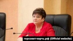 Председатель горсовета Керчи Ольга Солодилова на встрече с пенсионерами, торгующими на блошином рынке, 14 апреля 2021 года