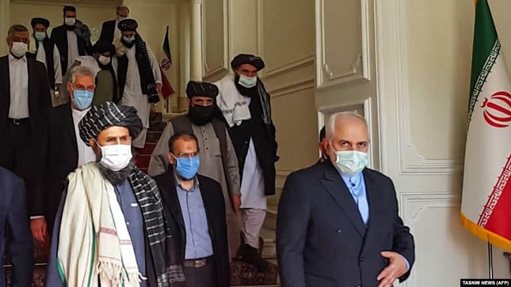 دیدار وزیر خارجه ایران (راست) با ملا عبدالغنی برادر (چپ) در تهران
