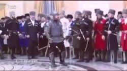 Ramzan Kadyrov ziyafətə cəngavər libasında gəldi