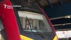 Девојка на железничките пруги
