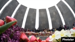 Armenia - People visit the Tsitsernakabert memorial in Yerevan to mark the 102nd anniversary of the Armenian genocide in Ottoman Turkey, 24Apr2017.