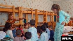 №24 балабақшаның тәрбиешісі Райхан Әбдіғалиева балалармен бірге. Атырау, сәуір, 2009 жыл.