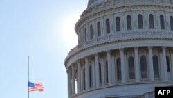 В США сегодня приспущены государственные флаги