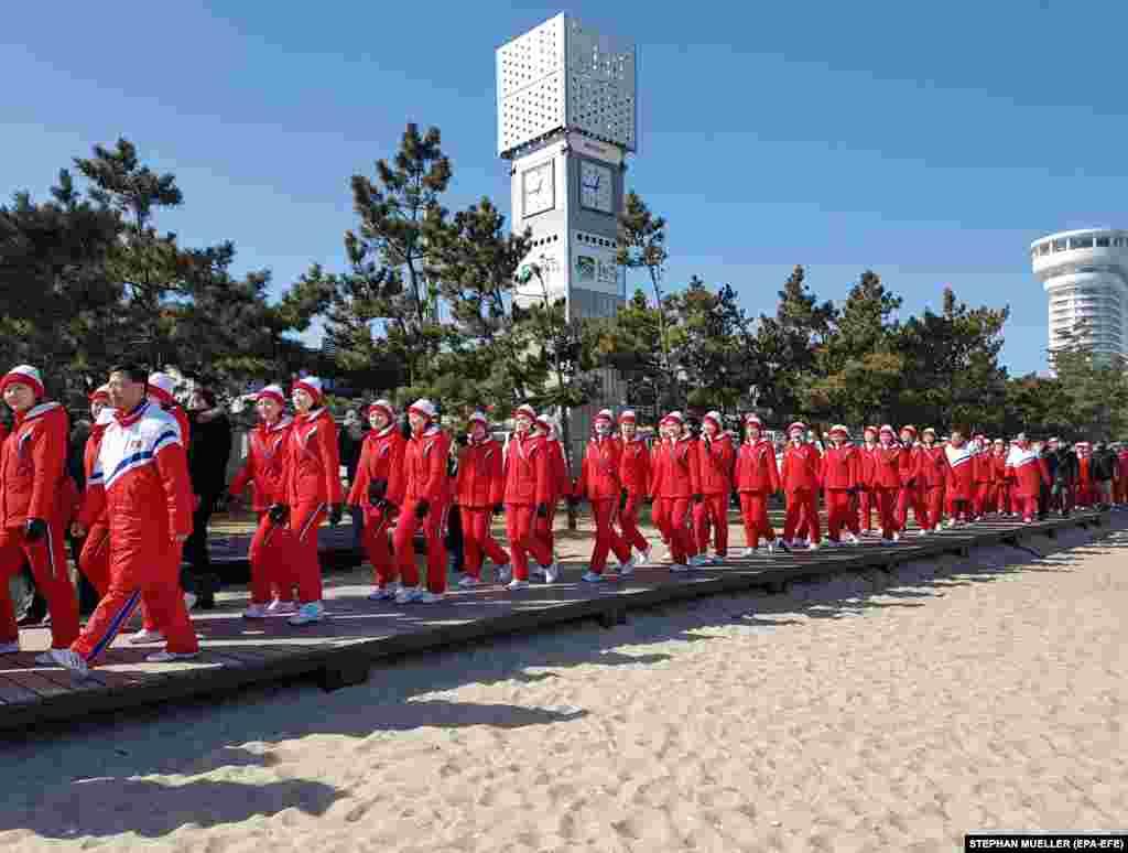 Болельщицы из Северной Кореи посещают пляж вблизи олимпийского городка