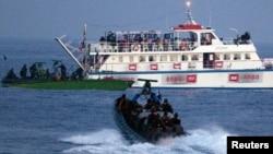 Իսրայելի հատուկ նշանակության ուժերը մոտենում են Գազայի հատված ուղեւորվող «Ազատության նավատորմիղի» նավերից մեկին, 30-ը մայիսի, 2010թ.