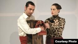 Славиша Каевски и Николина Кујача во претставата Парите се отепувачка.