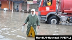 مياه الأمطار تغمر شارعاً في الناصرية