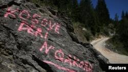 """Një grafit ku shkruan """"Kosovë deri në Çakorr""""."""