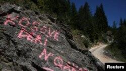 Grafiti në afërsi të kufirit me Malin e Zi