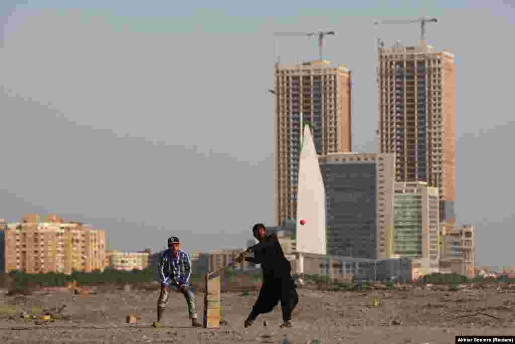 People play cricket in Karachi, Pakistan. (Reuters/Akhtar Soomro)
