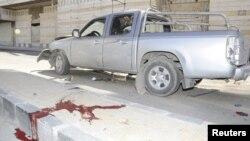 Pamje e gjakut afër një veture të dëmtuar në Damask pas një shpërthimi të sotëm
