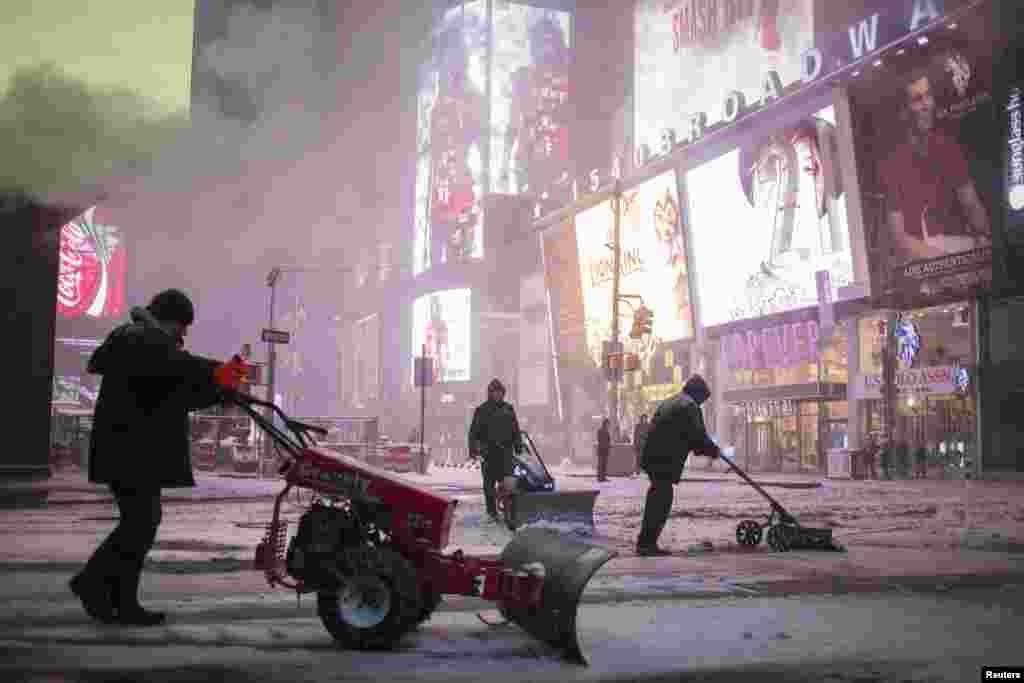 Сотрудники Нью-Йоркской службы уборки улиц расчищают снег на центральной площади Нью-Йорка