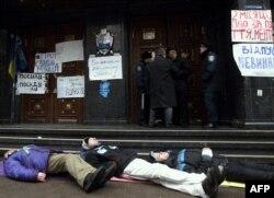 Протестующие лежат у здания прокуратуры