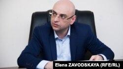 Аслан Басария сообщил, что Джапуа лично привлек к работе комиссии иностранных специалистов (из Армении), что запрещено законом