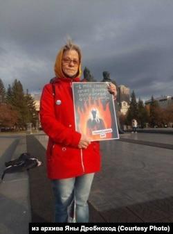 Пенсионерка в одиночном пикете в память Ирины Славиной, Новосибирск, 5 октября 2020г.