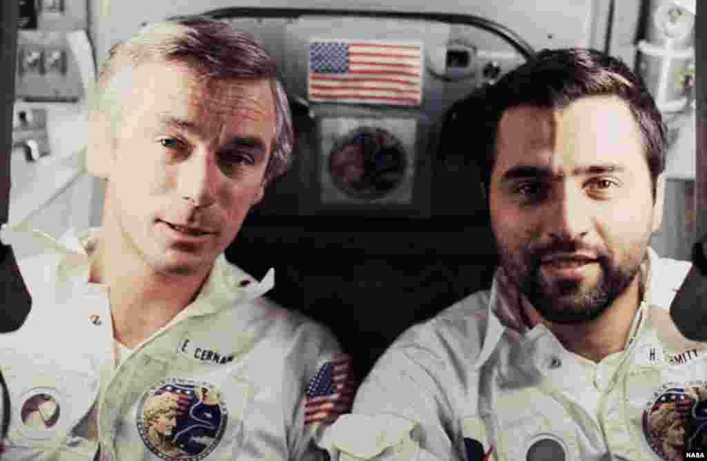 Во время миссии Сернан и Шмитт провели на поверхности Луны трое суток, а Рональд Эванс оставался на орбите и снимал работу коллег на фотокамеры. На фото – Юджин Сернан (слева) и Харрисон Шмитт (справа) на борту космического корабля.