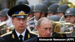 Владимир Путин и командующий Нацгвардией Виктор Золотов. Архивное фото 2007 года.