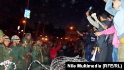 Норозилик намойиши қатнашчилари ва Миср армияси аскарлари, Қоҳира шаҳри. 2012 йил 8 декабр.