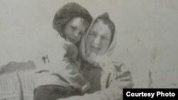 Дочь заключенной, Татьяна Коломейцева, c тетей Катей, которая вырастила ее вместо матери
