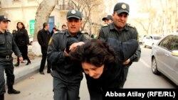 Bakı polisi AXCP fəalı Gözəl Bayramlını saxlayır (Arxiv)