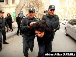 აზერბაიჯანის პოლიცია აკავებს გოზელ ბაირამლის, 2011 წელი.