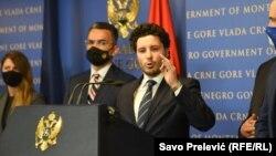 Na pitanje da li tu međunarodnu podršku ima i Radule Čović,Abazović je odgovorio daČović ima sve sertifikate za pristup informacijama NATO-a.