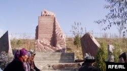 Памятник жертвам Аксыйских событий в Кыргызстане. 15 марта 2007 года.